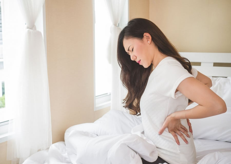 woman with hip pain in the morning